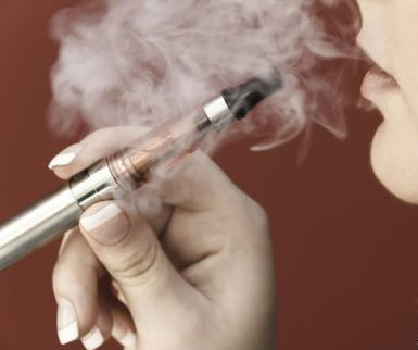 """美国去年出现""""白肺病"""",当时称因抽电子烟所致,检测发现无关.jpg"""