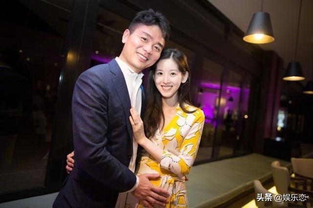 刘强东章泽天打破婚变传闻,两个人同款有说有笑,网友:不会离